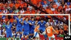 Avro-2008. İtaliya -Niderland oyununda Sneijder cərimə zərbəsi vurur