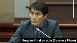 Жогорку Кеңештин басма сөз кызматынын жетекчиси Ибраим Нуракун уулу.