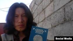 Фото из социальной сети. Артем с паспортом Казахстана, 2 июля 2015 года.