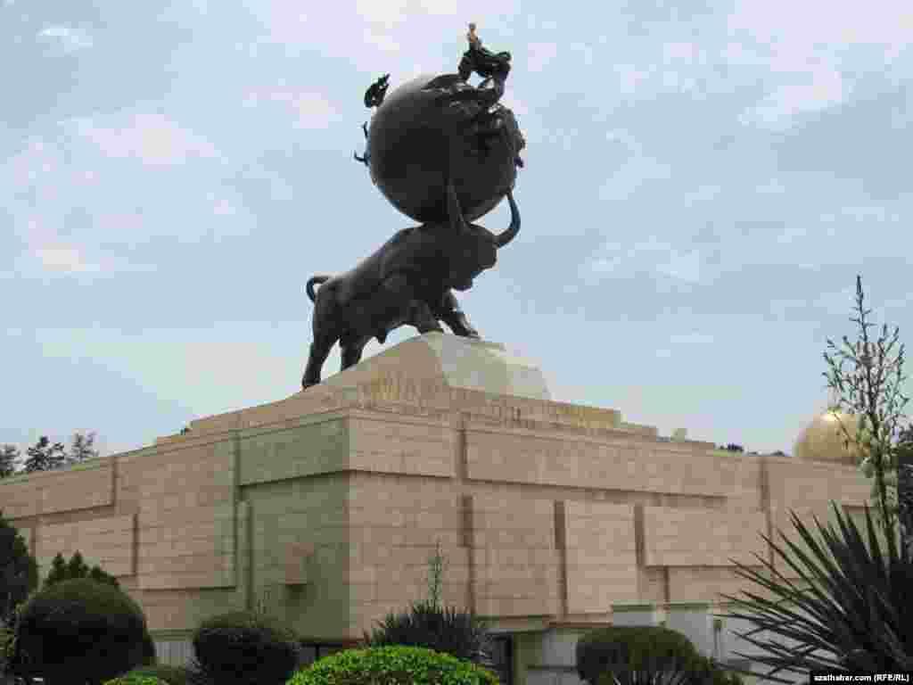 1948-nji ýylda Aşgabatda bolan ýer titremäniň pidalaryna dikeldilen monument