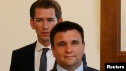 Павло Клімкін (попереду) і міністр закордонних справ Австрії, нинішній голова ОБСЄ Себастіян Курц (позаду) під час зустрічі в Києві 7 червня 2017 року