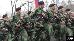 Arhivski snimak: Srpska vojska obeležava godišnjicu formiranja elitnih gardijskih jedinica, 30. novembar 2006.godine.