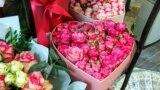 У продажу різні квіткові композиції у вигляді сердець. Ціна на цей букет становить 1500 рублів (600 грн). Серед покупців можна побачити не тільки чоловіків, а й дівчат