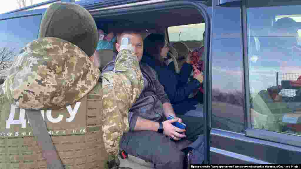 28 февраля 2020 годаГоспогранслужба Украины усилила меры безопасности по предупреждению распространения коронавируса.Так, украинские пограничники начали измерять температуругражданам, которые пересекали административную границу между Херсонской областью и аннексированным Крымом
