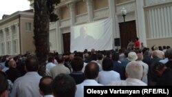 В августе 2011 у стен Абхазгофилармонии показали фильм с «компроматом» на баллотирующегося в президенты Александра Анкваба