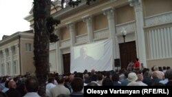На 19 часов возле здания Абхазской филармонии был намечен просмотр видеоролика с интервью Тенгиза Китовани «Московской правде»