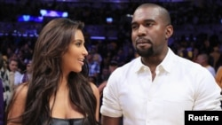 U.S. rapper Kanye West (right) with his girlfriend Kim Kardashian (file photo)