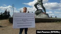 Противники строительства завода провели серию одиночных пикетов в Казани.