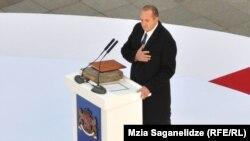 Принеся клятву верности грузинскому народу, Маргвелашвили не только стал президентом, но и дал ход поправкам в Конституцию. Согласно этим поправкам, главой государства становится премьер-министр