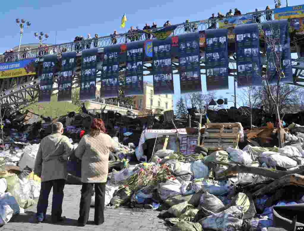 Mart 30 künü biñlerce ukrainliler Kiyevdeki Mustaqillik meydanına kelip, akimiyetke qarşı narazılıq kösterip elâk olğanlarnı añdılar