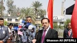 وزير التجارة العراقي خير الله حسن بابكر يتحدث في مؤتمر صحفي ببغداد