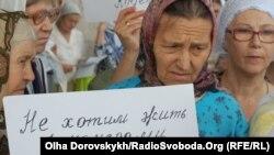 Віруючі на мітингу біля обласної ради вимагають уряд скасувати ідентифікаційні коди