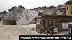 Строительные работы в пещерном монастыре Качи-Кальон, Крым, ноябрь 2018 год
