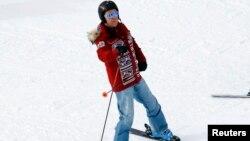 Дмитрий Медведев катается на лыжах (архивное фото)
