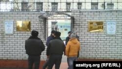 У дипломатической миссии Узбекистана в Алматы.