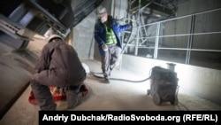 Робітники станції шліфують стики бетонних опор нового конфайнменту. Хоча пилюки багато, але рівень її радіоактивності та зовнішнього фону досить невеликий, що дозволяє працювати без шкоди для здоров'я