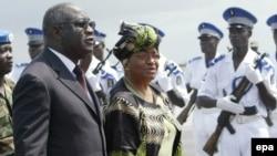 Президент Кот-д'Ивуара Лоран Багбо в аэропорту Абиджана вместе с президентом Либерии Эллен Джонсон-Серлиф