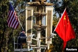 Kapur ističe da Tramp može izvući pouku od dvojice svojih republikanskih prethodnika da trgovinski ratovi koje je pokrenula Bela kuća ne vode nužno katastrofi (Fotografija iz Pekinga 2017, uoči Trampove posete)