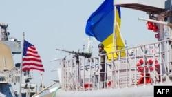 Фрегат ВМС Збройних сил України «Гетьман Сагайдачний та есмінець ВМС США «Дональд Кук» під час міжнародних військових навчань «Сі Бриз». Одеса, 1 вересня 2015 рок (ілюстративне фото)