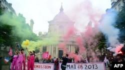 Противники однополых браков во время демонстрации возле университета Сорбонна. Париж, 16 мая 2013 года.