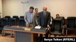 Александр Маслий (слева) и его адвокат Антон Фабрый — в зале суда. Нур-Султан, 27 мая 2019 года.