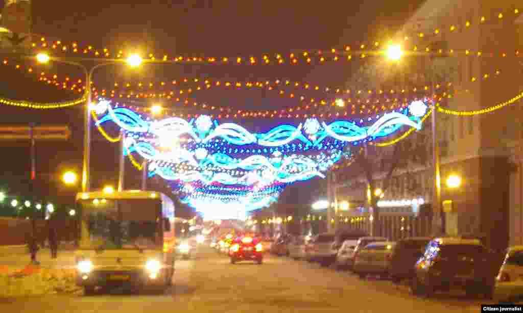 Ленин урамында 11 километрлык ел башы бизәлеше кабызылган. Бизәүдә 20 мең лампа, 48 асылмалы һәм 28 яктылык кабы кулланылган. [20 декабрь]