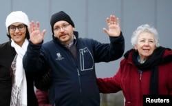 جیسون رضائیان با مادر و همسرش در لندستول آلمان، پس از آزادی و انتقال از ایران