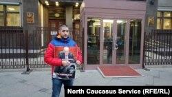 Блогер Керим Гамидов на пикете у Госдумы РФ