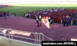 Türkmenistanda bir mejbury köpçülik çäresine taýýarlyk görýän adamlar