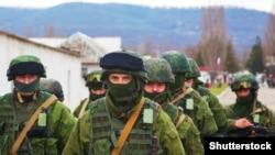 Військовослужбовці Росії під час захоплення Криму в березні 2014 року. Володимир Путін спочатку відмовився від них, а потім визнав їхню присутність. Звідти термін «іхтамнєт»