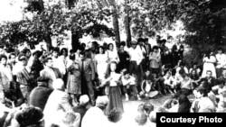 Сабрие Сеутова во время акций крымских татар летом 1987 года