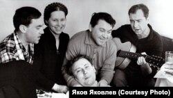 """Высоцкий в Томске. Гостиница """"Сибирь"""", 1964 г. Фото: Ю.Рыкун"""