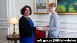 Заступниця глави МЗС Олена Зеркаль (праворуч) із послом Великої Британії Меліндою Сіммонс