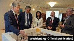 Алмазбек Атамбаев Улуттук тарых музейинин жаңы экспозициясынын долбоору менен таанышып жатат. 23-май, 2017-жыл.