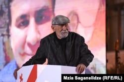 Відомий грузинський співак Вахтанг Кікабідзе виступає на передвиборчому мітингу, очолюючи список партії Міхеїла Саакашвілі, зображення якого виведено через прямий зв'язок з України на великий екран