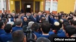Президент Таджикистана Эмомали Рахмон во время встречи с жителями города Исфары. Согдийская область, 24 марта 2016 года.