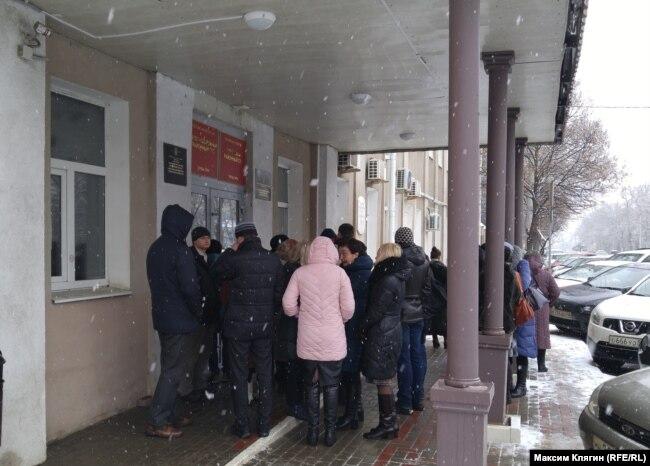 Перед зданием суда перед приговором Деннису Кристенсену