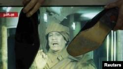 Жыхары сталіцы Ярданіі Аману б'юць чаравікамі па тэлевізары ў часе трансьляцыі аўторкавага выступу Кадафі