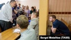 Maksim Yablokov (right) a correctional officer, attends a hearing at Yaroslavl's Zavolzhsky district court on July 25.