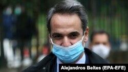 Грчкиот премиер Кирјакос Мицотакис со маска.