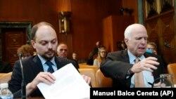Senatorul John McCain și Vladimir Kara-Murza, la o audiere în Senatul american
