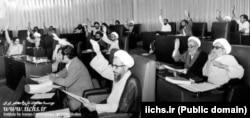 مرتضی حائری یزدی (چپ) در مجلس خبرگان قانون اساسی