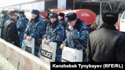 Сотрудники полиции оцепили прилегающую к сгоревшим рынкам территорию. Алматы, 17 ноября 2013 года.