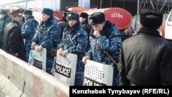 Отряд полицейских. Алматы, 17 ноября 2013 года.