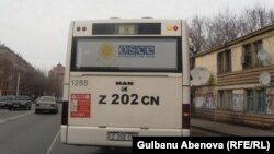 Общественный автобус с символикой ОБСЕ на окне. Астана, ноябрь 2010 года.