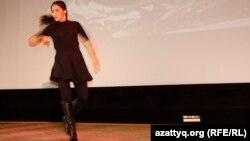 Казахстанская студентка Динара Кубеева танцует лезгинку на конкурсе талантов. Прага, 8 ноября 2014 года.