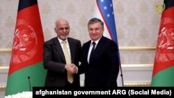 Президент Узбекистана Шавкат Мирзияев (справа) и глава Афганистана Ашраф Гани. Ташкент, 5 декабря 2017 года.
