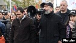 Никол Пашинян возглавляет шествие в Ереване, 24 ноября 2018 года.