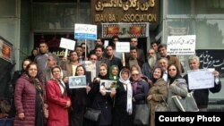 Nasrin Sotoudeh (center, holding flower) demonstrates in front of Iran Bar Association, October 2014