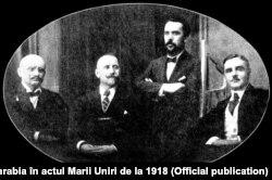 Pan Halippa (în picioare), alături de D. Ciugureanu, Ion Pelivan și Ștefan Ciobanu, în timpul unei vizite la Iași (începutul anului 1918)
